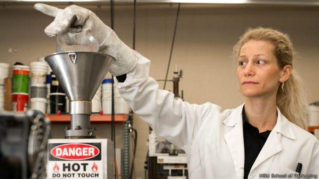 Eva Almenar en su laboratorio en MSU School of Packaging, Facultad del Envase de Michigan State University