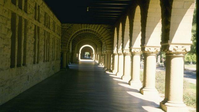La violación ocurrió en el campus de la Universidad de Stanford, California.