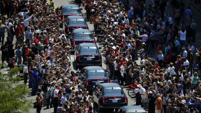 دهها هزار نفر از مردم آمریکا روز جمعه در مراسمی باشکوه محمد علی، بوکسور افسانهای و فعال مدنی برجسته را به خاک سپردند. محمد علی فعال مدنی که سه بار به قهرمانی بوکس سنگین وزن جهان رسید، جمعه گذشته در ۷۴ سالگی در گذشت.