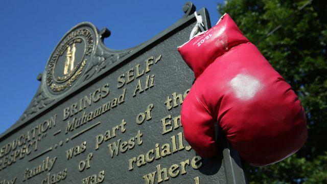 دستکشهای قرمز امروز نمادی از محمد علی بودند که همه جای مراسم مشاهده میشدند.