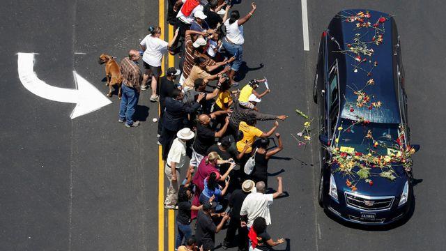 هزاران نفر در خیابانهای لوئیویل با شاخههای گل خودروی حامل پیکر محمد علی را بدرقه کردند. حرکت خودورو در خیابانهای شهر یک ساعت دیرتر از وقت مقرر آغاز شد و خودرو از مقابل خانه کودکی محمد علی، موزه و مرکز فرهنگی محمد علی، مرکز میراث آفریقایی-آمریکایی و بلوار محمد علی عبور کرد.