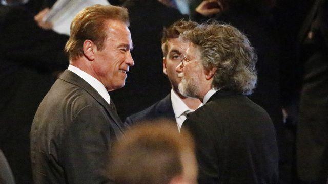 آرنولد شوارتزینگر، هنرپیشه، قهرمان بدنسازی و فرماندار سابق کالیفرنیا در مراسم خاکسپاری محمد علی حاضر شد.