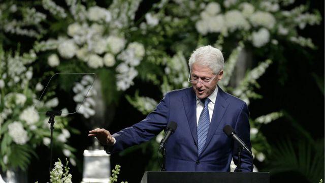 """بیل کلینتون، رئیس جمهوری سابق آمریکا از سخنرانان اصلی مراسم بزرگداشت محمد علی بود. بیل کلینتون که دوستی نزدیکی هم با محمد علی داشت، در سخنان خود سعی کرد از لحظات خوب و به یاد ماندنی خود با محمد علی سخن بگوید اما در لحظاتی هم صدایش لرزید. او در میان سخنانش گفت: """"محمد علی را برای خیلی چیزها ستودند اما فکر کنم کمتر یا اصلا کسی او را به علت هوش سرشارش ستایش نکرده است."""""""