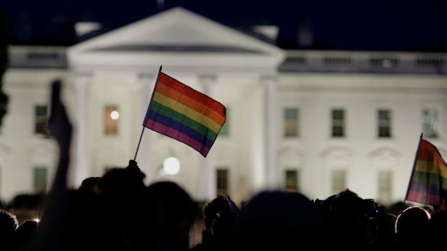 Радужный флаг на траурном митинге перед Белым домом