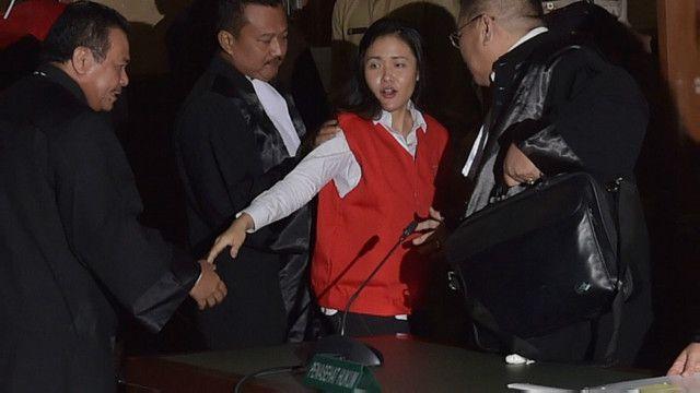Jessica Wongso dituduh membunuh I Wayan Mirna Salihin dengan membubuhkan racun sianida dalam kopi.