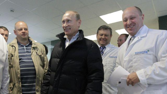 Евгений Пригожин (справа) - основной подрядчик, который кормит, моет и обогревает российскую армию