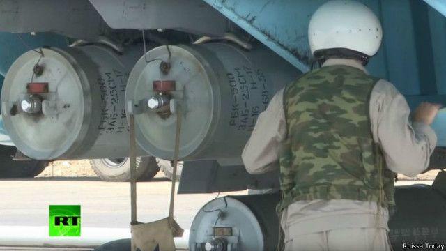 صورة من محطة روسيا اليوم تظهر ما يبدو أنه طائرة روسية حربية تحمل قنابل عنقودية من طراز آر بي كيه 500