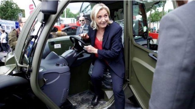 Лидер французских националистов Марин Ле Пен говорит, что готова поддержать почин Великобритании