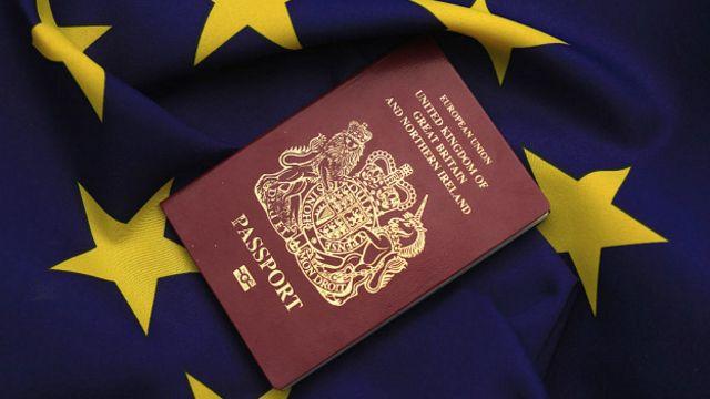 Британский паспорт и флаг ЕС