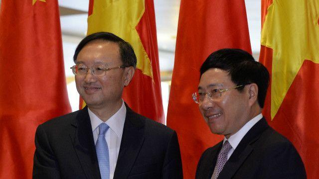 Ông Dương Khiết Trì (trái) gặp ông Phạm Bình Minh sáng 27/6