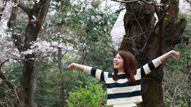 Счастливая девушка в лесу