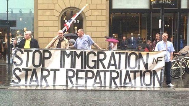 """""""Остановить иммиграцию - начать репатриацию"""", - требовали пикетчики на выходных в Ньюкасле. Фото пользователя Twitter Дэниэля Уотсона"""