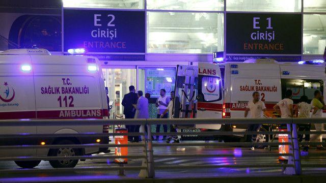 هرعت سيارات الاسعاف الى المطار.