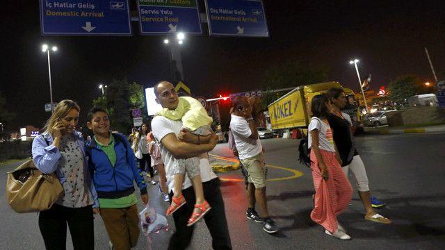 مسافرون يهربون من المطار بعد الهجوم.