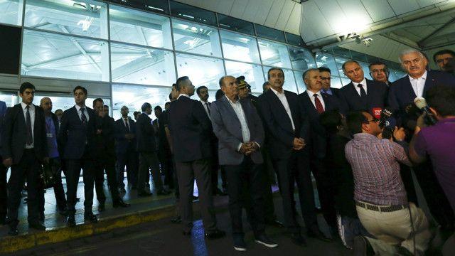 عقد رئيس الحكومة التركية مؤتمرا صحفيا في المطار.