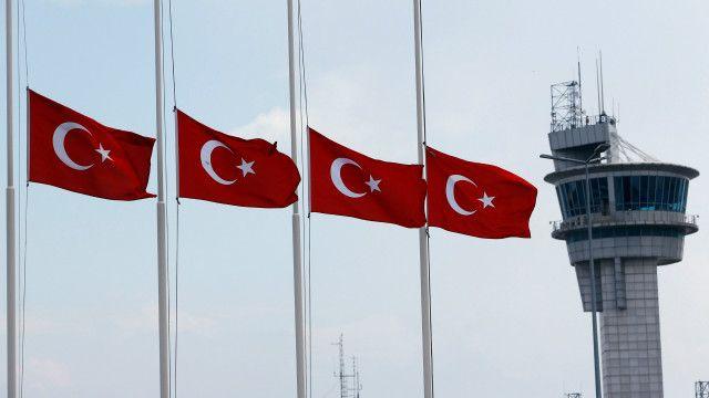 پرچمهای ترکیه در فردوگاه آتاتورک به حالت نیمه برافراشته درآمدهاند