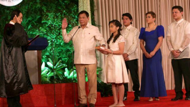 دوترته همراه اعضای خانواده خود در مراسم رسمی ادای سوگند شرکت کرد