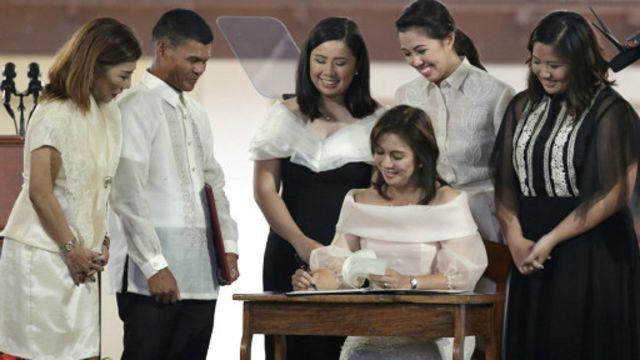 لنی روبردو (نشسته) به عنوان معاون رئیس جمهوری دوره خدمت خود را آغاز کرده است