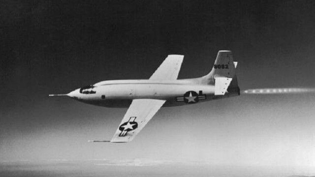 """أصبح تشاك ييغر أول طيار يصل إلى سرعة 1 ماخ، على متن الطائرة """"بيل إكس-1"""""""