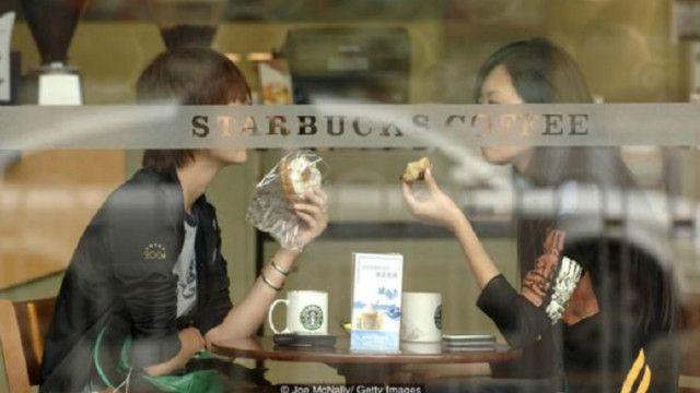 طلاب من مدرسة بكين للموضة والفن والهندسة يحتسون القهوة