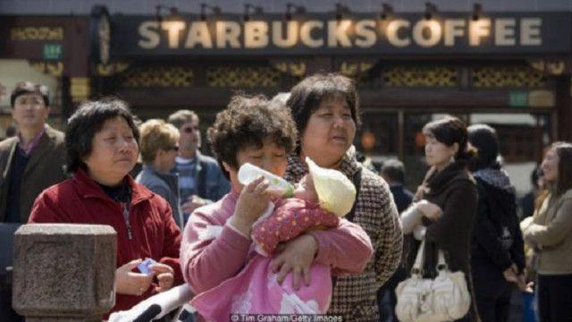 سيدة ترضع طفلها خارج ستاربكس في الصين