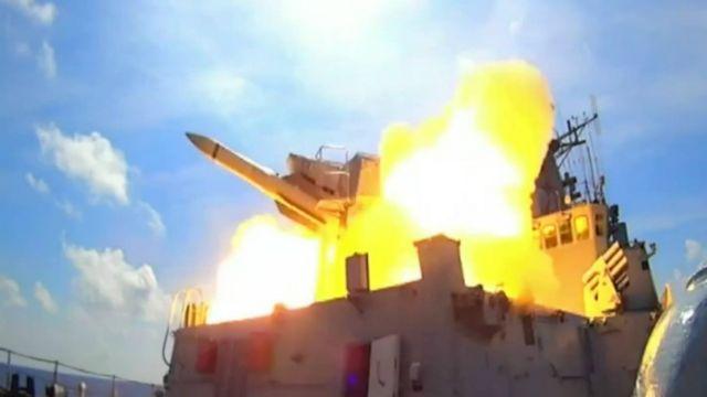 Hải quân Trung Quốc phóng tên lửa khi tập trận tại Biển Đông ngày 12/07/2016.