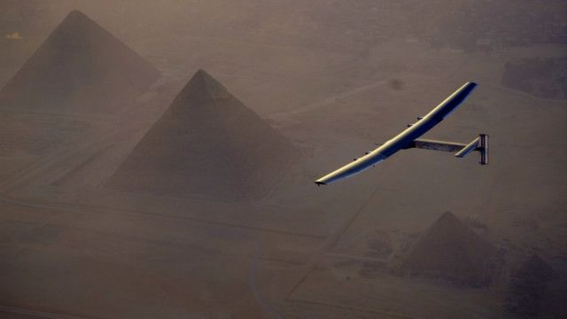 Pesawat Solar Impulse terbang di atas piramida di Mesir.