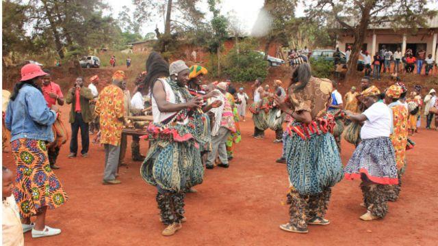 Un groupe de danse funéraire sur la place publique de Bangou, dans la  région de l'Ouest, au Cameroun.