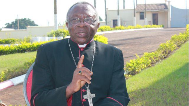 L'évêque de Bafoussam, Ernest Watio, a consacré de nombreux travaux au culte des morts dans l'Ouest du Cameroun. Les fidèles catholiques de cette région ont des avis divergents sur la question de savoir si les bamilékés de confession catholique doivent ou pas pratiquer ce rite funéraire traditionnel.