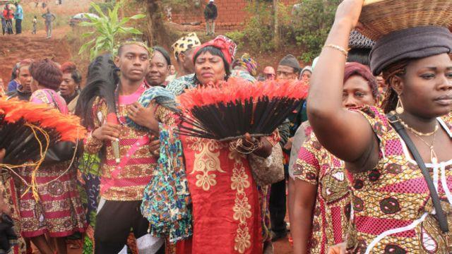 La présence des plumes de volaille et de la queue de cheval est exigée lors des funérailles bamilékés.