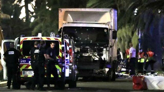 این کامیون سفید به جمعیت کوبید. جلوی آن پر از جای گلوله است.