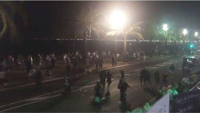 این پیادهرو عریض ساحلی، پرومناد دز آنگله، از نقاط مورد توجه گردشگران است و گزارش شده موقع حادثه، پر از جمعیت بوده است.