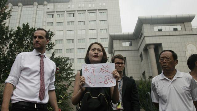 锋锐律所被捕律师王全璋妻子李文足(中)在天津二中院外抗议(1/8/2016)