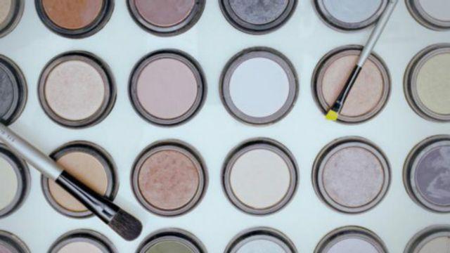 入殓师常常会用化妆品来装扮遗体,除此之外,还会进行较多的侵入性手术,最后才将遗体平放安息(图片来源:Getty)