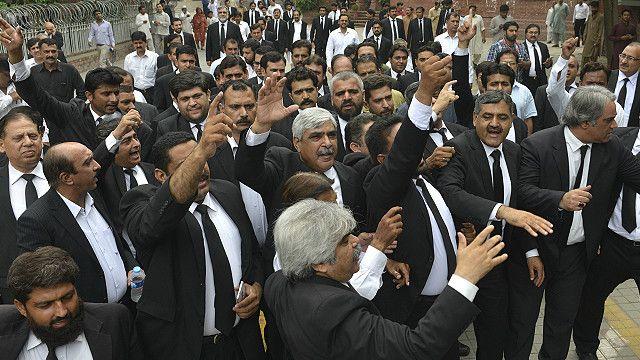 کراچی میں منگل کی صبح وکلا نے عدالتی کارروائی کا بائیکاٹ کیا