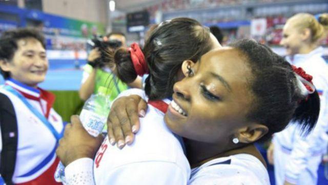 洪雲仲2014年在一次國際賽事期間也與美國體操運動員拜爾斯擁抱