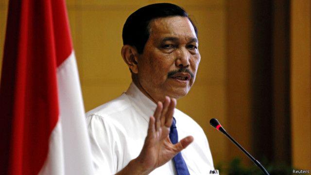 """""""Kesimpulan sementara, tidak ada alasan kami untuk tidak meneruskan reklamasi di pantai utara Jakarta,"""" kata Luhut Pandjaitan."""