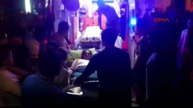 یک زن مجروح از این انفجار در حال انتقال به بیمارستان