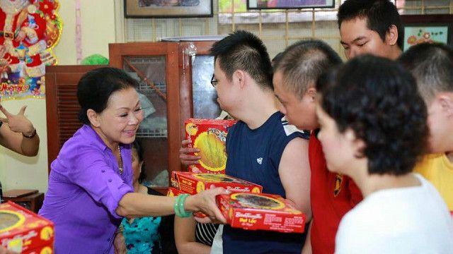 Danh ca Khánh Ly trong một chuyến đi từ thiện tại Việt Nam