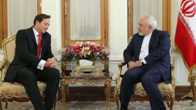 نیکولاس هاپتون، سفیر جدید بریتانیا در تهران، رونوشت استوارنامه خود را به وزیر خارجه ایران داده است