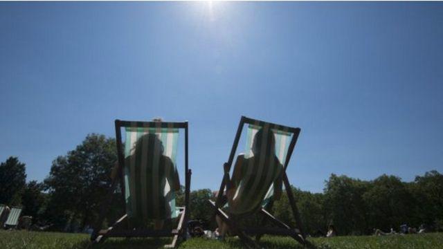 太阳下过度暴晒,会大大增加患皮肤癌的危险。为了从阳光中白得维生素D而晒出个皮肤癌,显然得不偿失。
