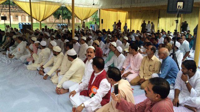 लखनऊ में एक साथ बकरीद की नमाज पढ़ने के बाद बैठे शिया और सुन्नी.