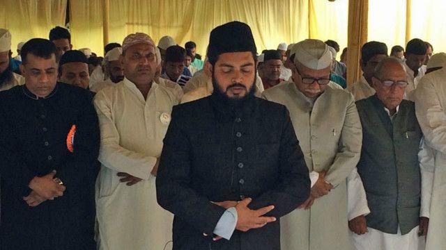 लखनऊ में एक साथ नमाज पढ़ते शिया और सुन्नी.