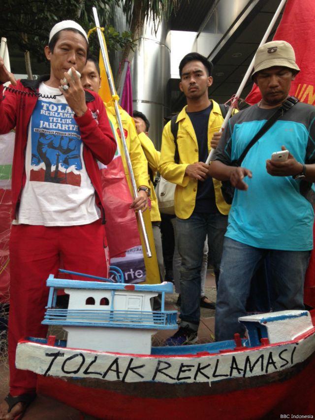 Perwakilan nelayan Muara Angke, Jakarta Utara, menggelar unjuk rasa, Selasa (13/09), menolak reklamasi.