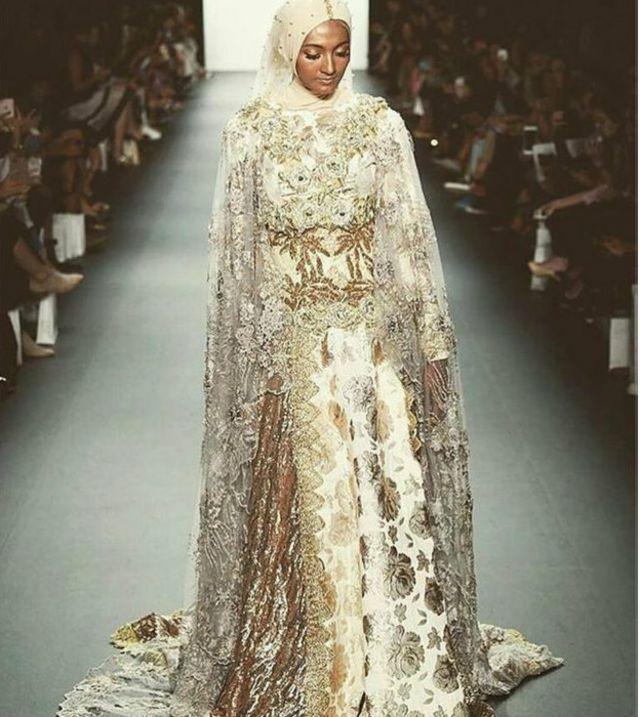 Semua model yang mengenakan koleksi karya Anniesa Hasibuan tampil memakai hijab.