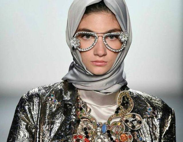 Sebagian orang berpikir bahwa apa yang dihasilkan perancang pakaian Islami ini bertentangan dengan doktrin agama.