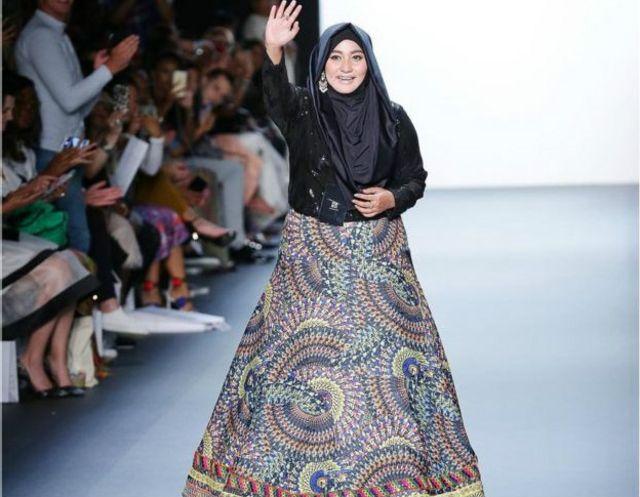 Di akhir peragaannya, Anniesa Hasibuan mendapat tepuk tangan meriah dan standing ovation.