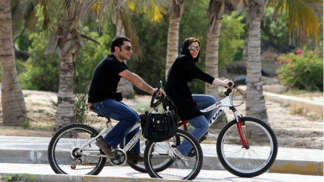 در اقلیت بودن٬ رهبری را ناگزیر میکند به جای بر گرفتن سلاح قانون با سپر فتوا به مقابله با دوچرخه سواری زنان برود.