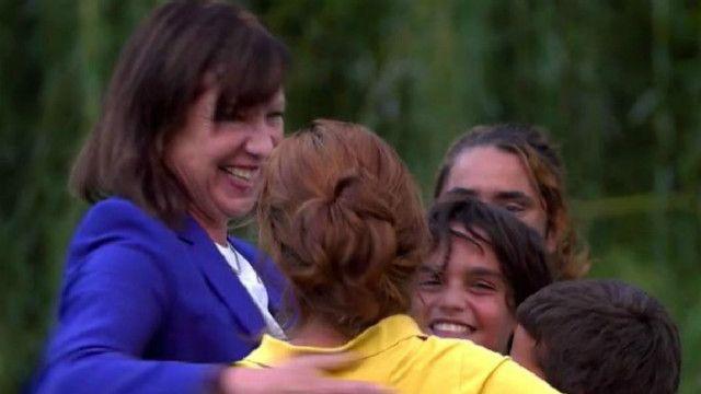 ليز دوسيت كبيرة مراسلي بي بي سي برفقة عائلة سورية لاجئة في كندا