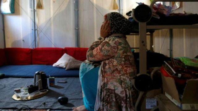 لاجئة سورية تجلس في خيمة عائلتها في جزيرة خيوس في اليونان